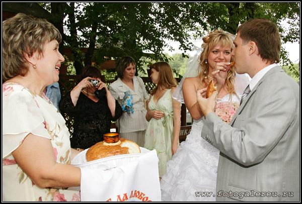 Встреча молодых родителями хлебом-солью фото